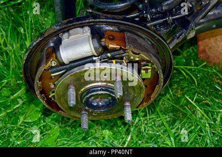 Geöffnet Trommel Bremse auf der Hinterachse von einem Auto, top - seitliche Nahaufnahme - Stockfoto