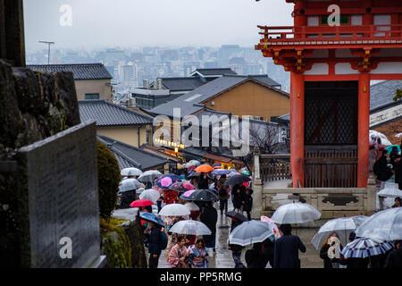 KYOTO, Japan - 10. FEB. 2018: Luftaufnahme von Menschen zu Fuß auf einem Pfad am Kiyomizu Dera Tempel tragen Schirme - Stockfoto