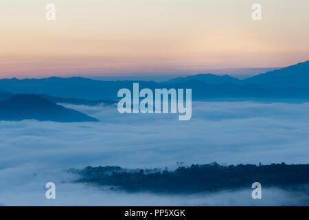 Sonnenaufgang im Norden von Thailand mit einem nebligen Landschaft und Hügel von Yun Lai Sicht - Stockfoto