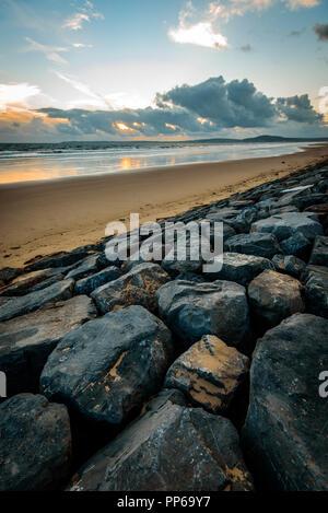 Sturm Wolken bei Sonnenuntergang auf Aberavon Beach, Wales, Großbritannien