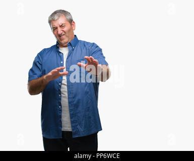 Gut aussehender älterer Mann über isolierte Hintergrund Angst und Furcht Ausdruck stop Geste mit den Händen, Angst, Schreien im Schlag. Panik Konzept. - Stockfoto