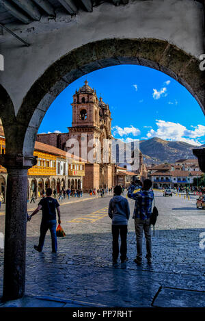 Kirche der Gesellschaft Jesu, durch einen der Bögen, die Plaza de Armas in Cusco Surround - Stockfoto