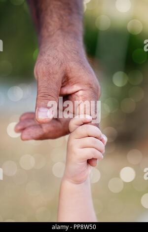 Alter Mann und ein Kind zusammen Hand in Hand - Stockfoto