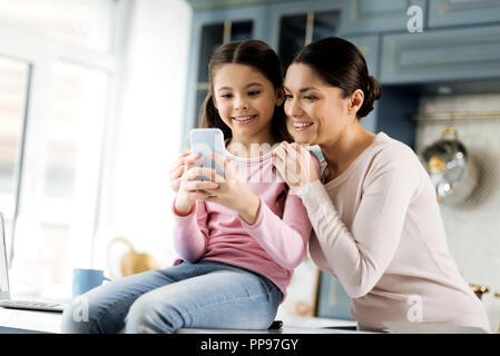 Happy jolly Frau und Mädchen über Bild - Stockfoto