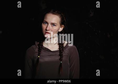 Porträt eines erschrockenen jungen hübschen Mädchen - Stockfoto