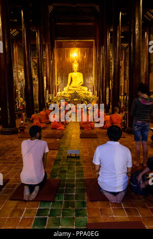 Touristen in einem Tempel zu hören Mönche singen in phonrat witthayakon Chiang Mai Thailand - Stockfoto