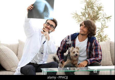 Tierarzt zeigen, eine x-ray an den Besitzer des Hundes. - Stockfoto