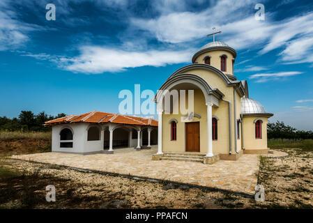 Kleinen Serbischen Orthodoxen Christlichen Kirche auf einer Lichtung - Stockfoto