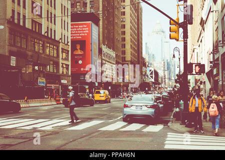 NEW YORK - September 2, 2018: New York City Straße Straße in Manhattan am Sommer, viele Autos, gelbe Taxis und beschäftigt Menschen gehen zu arbeiten.