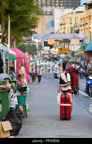 Asiatische Touristen mit Gepäck in Pattaya, Chonburi, Thailand - Stockfoto