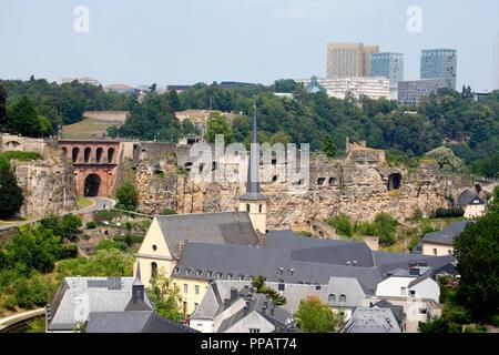 Häuser, Abtei Neumünster, Kirche, Kloster, Kulturzentrum, untere Stadt Wengen, hinter die Wolkenkratzer des Plateau de Kirchberg, Luxemburg Stadt, Luxe - Stockfoto