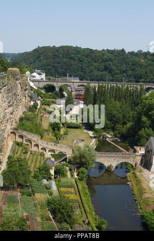 Taurus Brücke, Stadtmauer und Alzette, Luxembourg City, Luxemburg, Europa ich Brücke Stierchen, Stadtmauer und Fluss Alzette, Luxemburg-Stadt, L - Stockfoto