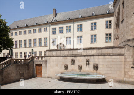 Zentralbibliothek im Gebäudekomplex des ehemaligen Jesuitenkollegs, Springbrunnen, der Stadt Luxemburg, Luxemburg, Europa ich Nationalbibliothek im Gebäudekomp - Stockfoto
