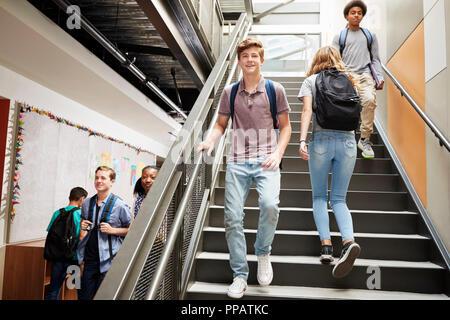 High School Studenten zu Fuß über Treppen in den Beschäftigten der Hochschule Gebäude - Stockfoto