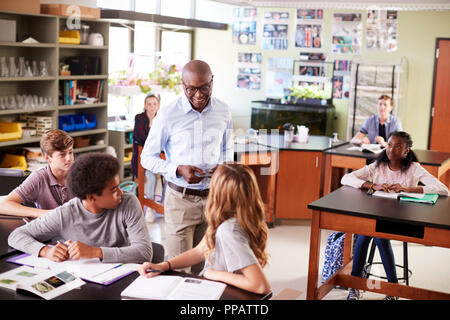 Männliche High School Lehrer Studenten im Biologieunterricht