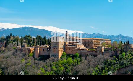 Alhambra am Sabikah Hill, maurischen Zitadelle, nasriden Paläste, Palast Karls des Fünften, hinter Sierra Nevada mit Schnee - Stockfoto