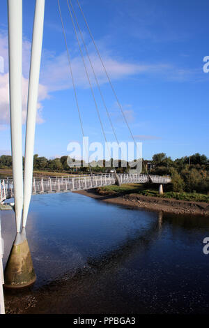 Lune Millennium Bridge über den Fluss Lune in Lancaster, Lancashire ist eine Schrägseilbrücke Fußgängerbrücke ist Teil des National Cycle Network, Route 6. - Stockfoto