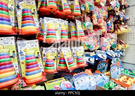 Sofia, Bulgarien, 17. August 2018: Gummi und Kunststoff Spielwaren für Babys auf Verkauf in großen Supermarkt Jumbo - Stockfoto