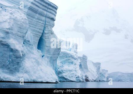 Rückzug der Gletscher in Wilhelmina Bay aus Graham Land auf der Antarktischen Halbinsel, einer der schnellsten Erwärmung Orte auf dem Planeten. - Stockfoto
