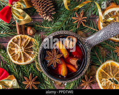 Weihnachten Glühwein mit Zimt, orange und Stern in einem Keramik Schüssel mit Winter Dekorationen Anis. - Stockfoto