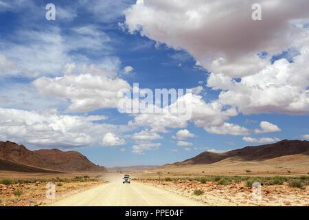 Touristen im 4x4 Autos auf einen Selbstfahrer Reise auf Schotterpiste durch die menschenleeren Landschaft - Stockfoto