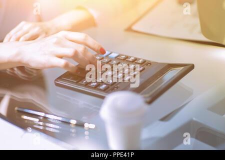 . Closeup.business Frau mit einem Rechner am Arbeitsplatz. - Stockfoto