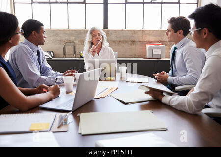 Weibliche Manager und Business Team in einem Brainstorming, in der Nähe - Stockfoto