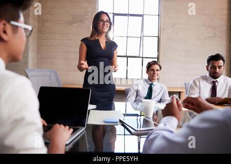 Geschäftsfrau Adressierung Kollegen bei einem Treffen, in der Nähe - Stockfoto