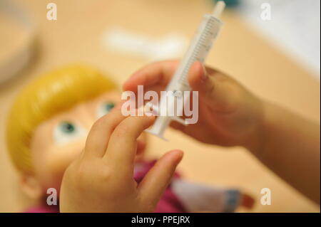 Spritze, Spielzeug für Kinder, aus der Tüte ist ein Arzt mit