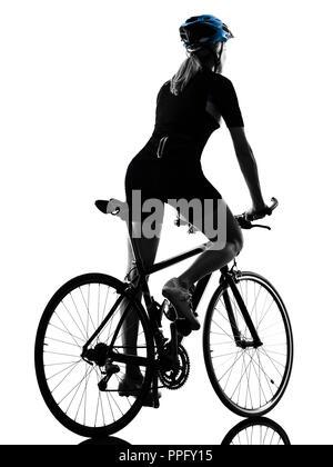 Eine kaukasische Radfahrer Frau Radfahren Reiten Fahrrad in Silhouette auf weißem Hintergrund Rückansicht isoliert - Stockfoto