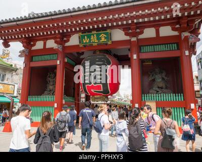 Tokio, Japan. September 9, 2018. Menge Leute einkaufen bei Nakamise-dori Straße an der Senso-ji Tempel (Asakusa Schrein) in Tokio, Japan. - Stockfoto