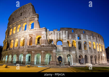 Berühmte Kolosseum unter dem Nachthimmel in Rom - Stockfoto