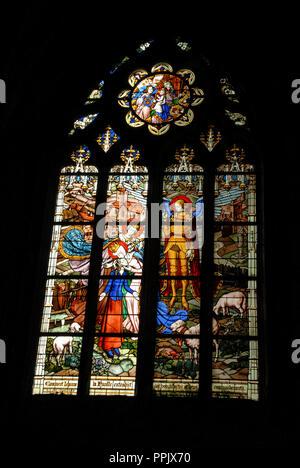 Die Glasfenster schildern, Joan des Bogens vom Sehen der Jungfrau Maria bis zu ihrem Tod auf dem Scheiterhaufen in der Kathedrale Sainte Croix (Kathedrale - Stockfoto