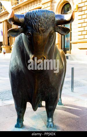 Stier Skulptur vor der historischen Frankfurter Börse Gebäude. Frankfurt Deutschland - Stockfoto