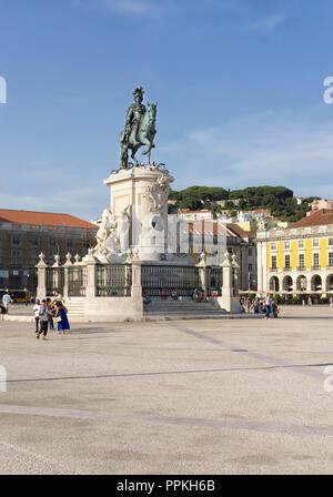 Lissabon, Portugal - 30. August 2018: Die Statue von König Jose ich in Commerce Square/Praca do Comercio; Garten des Schlosses von Saint George im Hintergrund - Stockfoto