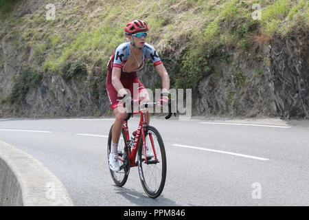 Ein Radfahrer klettern während der Tour de France 2018 17. Etappe in Soulan, in den Französischen Pyrenäen.
