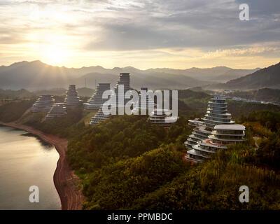 Erhöhte Ansicht des Gehäuses Clustern mit Taiping See. Huangshan Dorf, Huangshan, China. Architekt: MAD Architekten, 2017. - Stockfoto