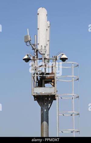 Mobilfunknetz Kommunikation tower Antenne am Mast - Stockfoto