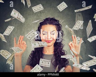Happy Business woman meditieren unter Geld Regen - Stockfoto