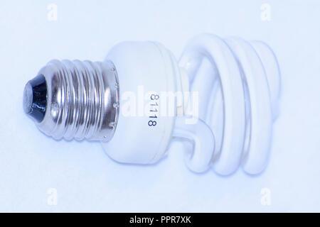 Energiesparende Lampe auf einem weißen Hintergrund. - Stockfoto
