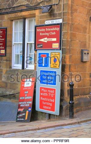 Straßenschilder in der Stadtmitte bei Whitby, North Yorkshire UK. September 2018 - Stockfoto