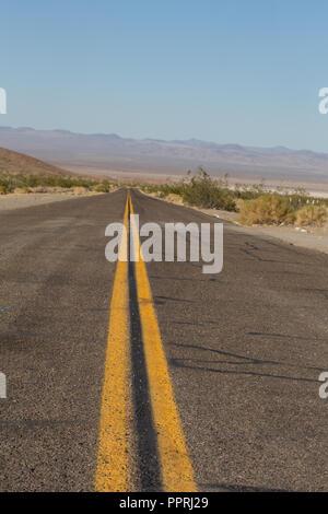 Straße nach Nirgendwo in der Wüste - Stockfoto