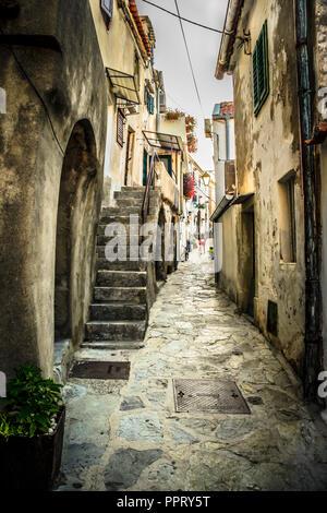 Die engen, gewundenen Straßen, Gassen und Treppen im mittelalterlichen Dorf Vrbnik auf der kroatischen Insel Krk an der Adria - Stockfoto