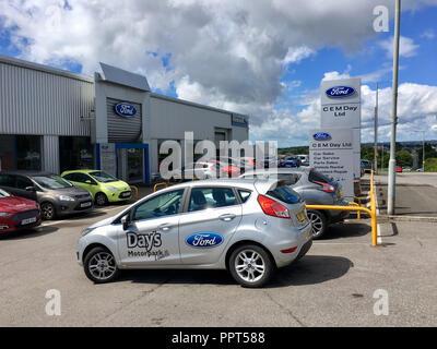 Gorseinon, Großbritannien: 10. August 2018: C.E.M. Tag spezialisieren sich auf den Verkauf oder die Vermietung von Ford, Peugeot und Fiat Autos der Marke. - Stockfoto