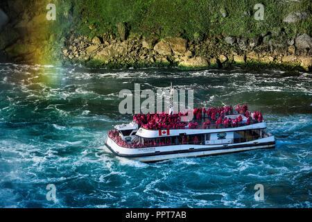 Ausflugsboot Ansätze Horseshoe Falls, Niagara Falls, Ontario, Kanada. - Stockfoto
