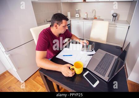 Jungen betonte Mann account über Ausgaben zu Hause, Familie, Haushalt und Finanzen, ihre Rechnungen berechnen, Planung Budget. - Stockfoto
