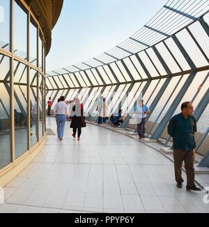 Teheran, Iran - 19. MAI 2017. Die Aussichtsplattform auf der Spitze des Milad Tower, Teheran. Milad Turm - die 6. höchste Turm der Welt. - Stockfoto