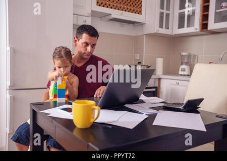 Besetzt Vater arbeiten mit Computer während der Suche nach seiner Tochter. - Stockfoto