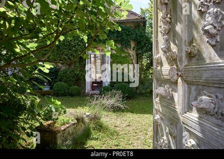 ... Alte Dekorative Tür Im Garten Mit Blick In French House   Stockfoto