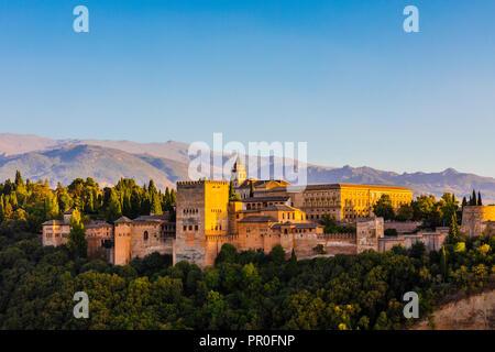 Aussicht auf Alhambra, Weltkulturerbe der UNESCO, und die Berge der Sierra Nevada, Granada, Andalusien, Spanien, Europa - Stockfoto